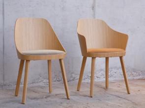 Chaise et fauteuil Kaiak de Enea, coque en chêne et structure en chêne, assise tapissée