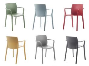 Chaises empilables Klia en polypropylène, disponibles en 9 couleurs actuelles.