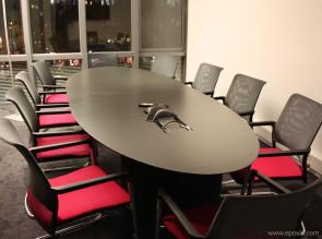 Table de réunion Sicame avec fauteuils dossier résille Mer par Kloeber