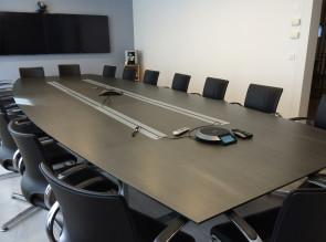 Table de réunion Intensive, plateau stratifié anthracite. Chaise de réunion In Touch cuir
