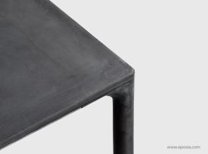 Détail angle de table finition béton Boiacca, pieds béton