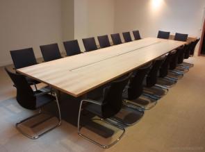 Table de réunion Intensive, fauteuils Ciello