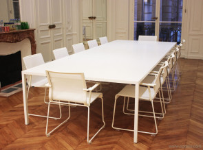 Table de réunion tense, résine blanche, sièges résille Stick