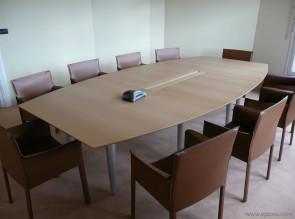 Table de réunion tonneau chêne clair avec fauteuils Pasqualina