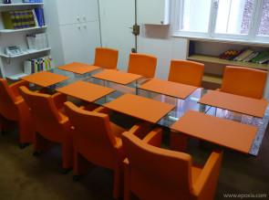 Table extensible en verre, collection Stilt avec fauteuils et sous-mains assortis