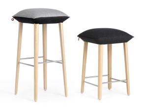 Tabourets de bar Soft assise rembourrée tissu et pieds bois design